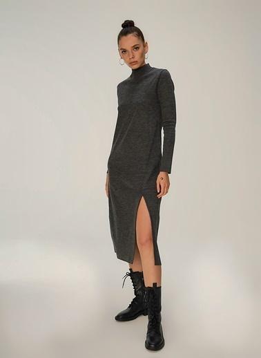 NGSTYLE Yırtmaç Detaylı Triko Elbise Füme